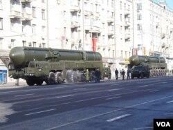 2012年勝利日紅場閱兵前彩排時,在莫斯科街頭的白楊-M洲際戰略導彈。 (美國之音白樺拍攝)