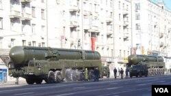 2012年胜利日红场阅兵前彩排时,在莫斯科街头的白杨-M洲际战略导弹。(美国之音白桦拍摄)