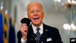 Prezident Jo Bayden tibbiy niqobini tutgan holda Amerika xalqiga murojaat qilmoqda. Oq uy, 11-mart, 2021.