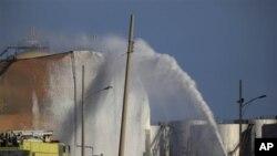 28일 베네수엘라 정유공장 화재 진압 현장. 화재 발생 사흘만에 진압되었다.