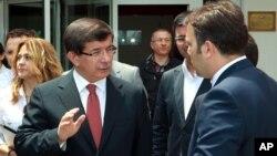 土耳其外长达乌特奥卢(左)6月24日在安卡拉与一名顾问交谈