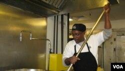 Ông Gregory Jones mỗi ngày nấu 5.000 bữa ăn cho D.C. Central Kitchen, một tổ chức bất vụ lợi giúp nuôi ăn những người thiếu thốn.