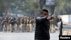 جمعرات کو بھی ایک نوجوان نے مظاہرین پر فائرنگ کی تھی۔