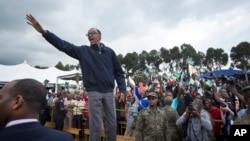 ປະທານາທິບໍດີຣວັນດາ ທ່ານ Paul Kagame ໂບກມືຕໍ່ຝູງຊົນ.