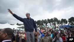 Paul Kagame salue la foule à Kinigi, dans le nord du Rwanda, le 5 septembre 2015. (AP Photo/Ben Curtis, File)