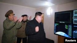 북한 김정은 국무위원장이 29일 새벽에 실시한 신형 대륙간탄도미사일 '화성-15형' 시험발사를 지켜보는 모습을 관영 조선중앙통신이 공개했다.