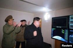 북한 김정은 국위원장이 지난달 29일 새벽에 실시한 신형 대륙간탄도미사일 '화성-15형' 시험발사를 지켜보는 모습을 관영 조선중앙통신이 공개했다.