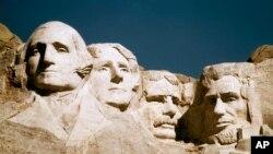 미국 최고의 대통령으로 추앙받는 4명의 얼굴이 조각된 사우스다코다주 러시모어 산 전경. 왼쪽부터 초대 조지 워싱턴, 3대 토머스 제퍼슨, 26대 시어도어 루즈벨트, 16대 에이브러햄 링컨.