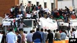 Người Libya biểu tình ủng hộ luật cấm giới chức cao cấp dưới thời ông Gadhafi giữ chức vụ trong tân chính phủ, 5/5/13
