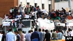 """5月5日利比亚抗议者在的黎波里著名的烈士广场举着标语牌和旗帜示威要求通过""""政治孤立法"""""""