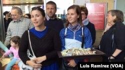 Voluntarios austríacos ofrecen dulces a los refugiados recién llegados a la estación de trenes de Viena.