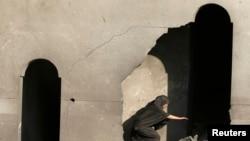 2014年8月20日巴勒斯坦妇女检查以色列空袭破坏的房子