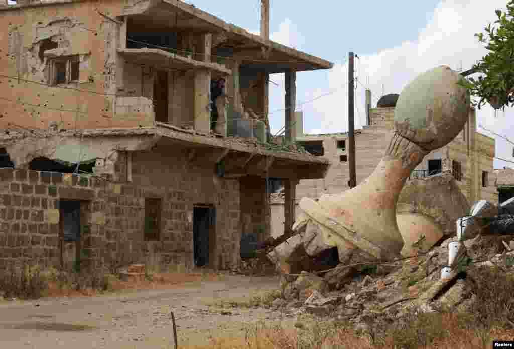 Minarete de mesquita caí ao chão em Deraa, na Síria.