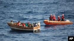 2014年12月30日美國海岸警衛隊在佛州西南外海靠近一艘古巴難民船隻。