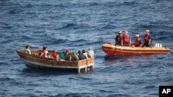 Lực lượng tuần duyên Mỹ tiếp cận một chiếc thuyền chở 12 người Cuba ở tây nam Key West, Florida, ngày 30/12/2014.