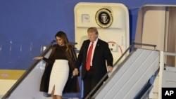 صدر ٹرمپ خاتونِ اول میلانیا ٹرمپ کے ہمراہ بیونس آئرز پہنچنے پر طیارے سے باہر آ رہے ہیں۔