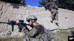 ទាហានសហរដ្ឋអាមេរិកក្នុងពេលល្បាតភូមិ Chariagen សង្កាត់ Panjwai ខេត្ត Kandahar ភាគខាងត្បូងប្រទេសអាហ្វហ្កានីស្ថានកាលពីថ្ងៃទី២២ខែមិថុនាឆ្នាំ២០១១។ លោកប្រធានាធិបតី បារ៉ាក់ អូបាម៉ា បានបង្ហាញពីផែនការដកទ័ពពីប្រទេសអាហ្វហ្កានីស្ថានម