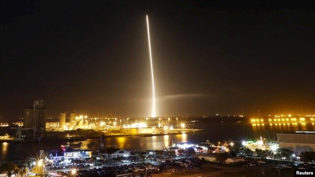 Hỏa tiễn Falcon được phóng đi từ trung tâm không gian tại Mũi Canaveral ở Florida, Mỹ, ngày 21/12/2015.