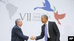 Başkan Obama geçen hafta sonu Panama'da yapılan Amerika Ülkeleri Zirvesi'nde Küba Devlet Başkanı Raul Castro'yla yüz yüze görüşme yaptı. Görüşme, Washington'un yarım yüzyılı aşkın süredir abluka uyguladığı Karayip devletiyle bir ilk oldu.