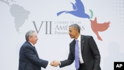 바락 오바마 미국 대통령(오른쪽)과 라울 카스트로 국가평의회의장이 지난 11일 파나마에서 열린 미주기구 정상회의에서 악수하고 있다.