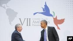 Presiden AS Barack Obama dan Presiden Kuba Raul Castro berjabat tangan di sela-sela KTT Amerika di Panama City, Panama, Sabtu, 11 April 2015.