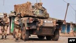 Des soldats français de l'opération Sangaris patrouillent à l'arrondissement PK 12 à Bangui, le 23 janvier 2014.