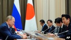 Ảnh tư liệu - Tổng thống Nga Vladimir Putin (trái) và Thủ tướng Nhật Bản Shinzo Abe (phải) trong một cuộc họp ở Sochi, Nga, ngày 8 tháng 2 năm 2014.