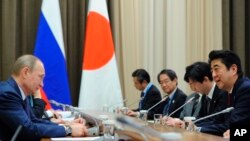 지난 2014년 러시아 소치를 방문한 아베 신조 일본 총리(오른쪽)가 블라디미르 푸틴 러시아 대통령(왼쪽)과 정상회담을 하고 있다.