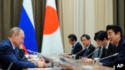 지난 2014년 러시아 소치에서 블라드미르 푸틴 러시아 대통령(왼쪽)과 아베 신조 일본 총리(오른쪾)가 정상회담을 하고 있다. (자료사진)