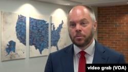 Sa njegove tačke gledišta odgovara mu da se bori isključivo protiv demokrata: Aleks Konant