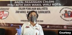 Ketua KPUD Solo, Nurul Sutarti, memakai APD masker, faceshield dan sarung tangan saat ditemui di KPUD Solo, Minggu (6/9). Foto : VOA/ Yudha Satriawan