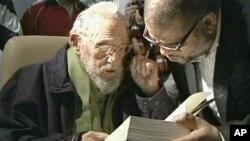 Imagen difundida por la televisión cubana de Fidel Castro en la inauguración del estudio de arte.