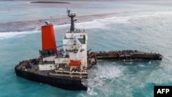 Une vue aérienne prise à Maurice le 17 août 2020 montre le vraquier MV Wakashio, appartenant à une société japonaise mais battant pavillon panaméen, qui s'était échoué et s'était brisé en deux près du parc marin de Blue Bay.