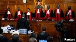 Les juges de la Cour suprême kenyane lors d'une audience sur le recours de l'opposition contre les résultats de la présidentielle à Nairobi, Kenya, 28 août 2017.