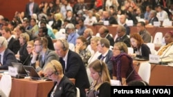 Peserta Prepcom 3 UN Habitat III sedang mengikuti pleno. (VOA/Petrus Riski)