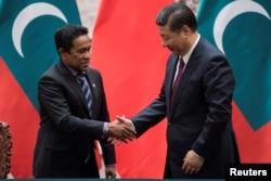 2017年12月7日,马尔代夫总统亚明在中国北京人民大会堂签署文件后,与中国国家主席习近平握手。
