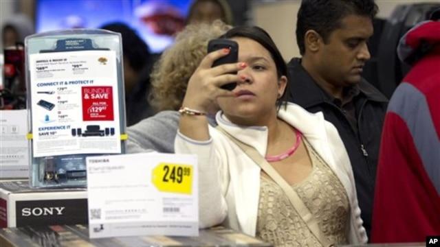 Pelanggan toko di AS menggunakan telepon pintarnya di toko Best Buy, Florida. (APJ Pat Carter)