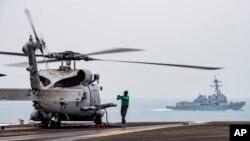 រូបឯកសារ៖ ឧទ្ធម្ភាគចក្ររបស់កងយោធាអាមេរិក និងនាវា USS Ronald Reagan នៅតំបន់សមុទ្រចិនភាគខាងត្បូង កាលពីថ្ងៃទី០៩ ខែកក្កដា ឆ្នាំ២០២០។