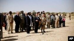 ປະທານາທິບໍດີ Francois Hollande ຂອງຝຣັ່ງ ກ່າວຄໍາປາໄສຕໍ່ ທະຫານຝຣັ່ງ ທີ່ເດີ່ນບິນເມືອງ Timbuktu ລຸນຫລັງການໄປຢ້ຽມຢາມ ເມືອງເກົ່າແກ່ດັ່ງກ່າວ ເປັນເວລາສອງຊົ່ວໂມງ ໃນວັນທີ 2 ກຸມພາ 2013.