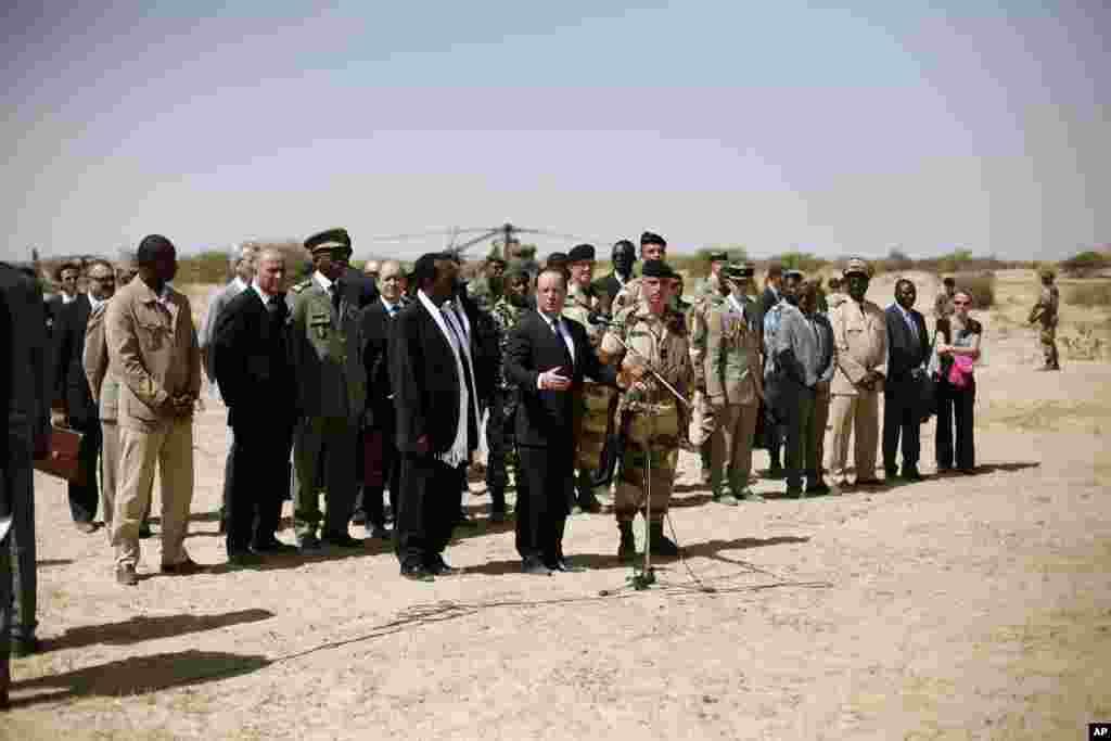 Le président Hollande s'adressant aux troupes à Tombouctou.