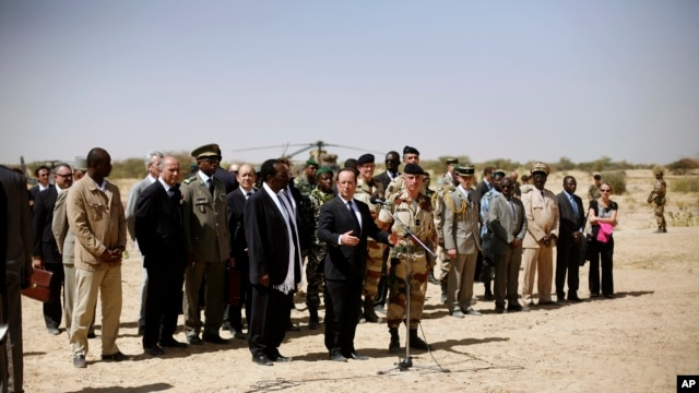 French President Francois Hollande addresses the troops at the airport following his two-hour-long visit to Timbuktu, Mali, February 2, 2013.