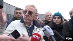 Vilijem Voker u razgovoru sa novinarima tokom obeležavanja 21. godišnjice masakra u Račku (Foto: VOA)
