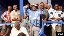 Presiden Zambia, Rupiah Banda (tengah) melakukan kampanye terakhir di Lusaka menjelang pemilu (17/9).