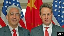 美国财政部中国事务高级协调员洛文杰(左)和财长盖特纳