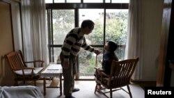 Kanemasa Ito, 72 tahun, dan istrinya, Kimiko, 68 tahun yang 11 tahun lalu didiagnosa menderita demensia, bercakap-cakap di rumah mereka di Kawasaki, bagian selatan Tokyo, April 6, 2016. (Foto:dok)