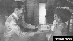 6·25 전쟁 당시 1천여 명의 전쟁고아를 구한 딘 헤스 미 공군 예비역 대령이 3일 미국 오하이오주에서 숙환으로 별세했다. 향년 97세. 사진은 전쟁고아들에게 선물을 주는 딘 헤스 대령.