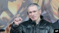 Cựu tù nhân, và tỷ phú Nga Mikhail Khodorkovsky cổ vũ dân chúng trong buổi mít tinh tại Quảng trường Độc lập ở Kyiv, 9/3/14