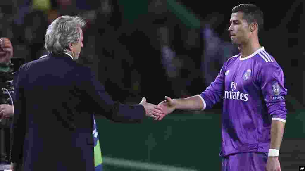 Cristiano Ronaldo, du Real Madrid, se serre la main avec l'entraîneur du Sporting Jorge Jesus, lors d'un match de football entre le Sporting CP et le Real Madrid, au stade Alvalade de Lisbonne, le 22 novembre 2016.