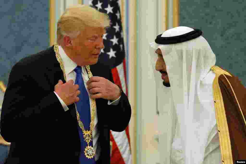 Le président américain Donald Trump avec la médaille Abdulaziz Al Saud au cou échange avec le roi saoudien Salman à la Cour royale de Riyad, Arabie saoudite, 20 mai 2017.