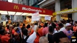 Trabajadores de las cadenas de comida rápida durante la protesta en este caso frente a un McDonald´s en la 5ta. Avenida de Nueva York.